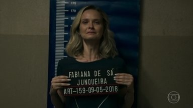 Fabiana é presa - Esposa de Renato se desespera e implora para ser tirada da cela