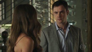 Gael incentiva Lívia a depor contra Sophia - Ela entrega o brinco de Mariano para o irmão, mas diz que ainda está em dúvida se deve depor contra a mãe