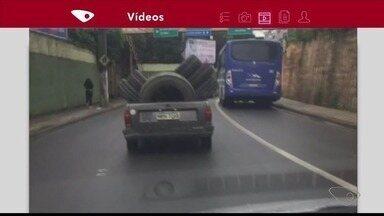 Motorista é flagrado transportando pneus irregularmente em Colatina, ES - Motorista é flagrado transportando pneus irregularmente em Colatina.