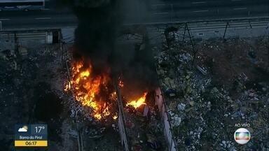 Galpão abandonado pega fogo na Zona Portuária - Um galpão abandonado pegou fogo no início da manhã desta quinta-feira (10), na Zona Portuária. Bombeiros foram acionados para combater as chamas.