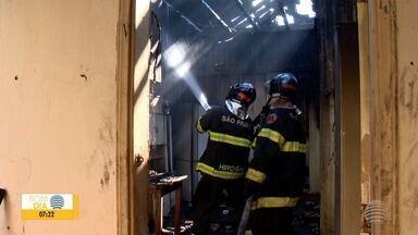 Perícia deve apontar causa de incêndio em residência da Vila Ocidental - Imóvel fica na Rua 12 de Outubro e praticamente tudo que estava dentro foi perdido.