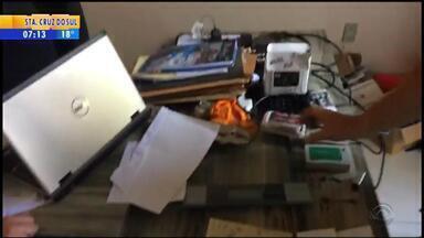 Polícia prende dupla suspeita de falsificar documentos para aplicar golpes - De acordo com o delegado Tarcísio Kaltbach, foram localizados com eles um computador com modelos de documentos de vários tipos. Um dos presos tinha mandado de prisão expedido a pedido do Deic de SC.