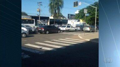 Motoristas são flagrados cometendo infrações de trânsito em Goiânia - Foto mostra condutores travando cruzamento na capital.