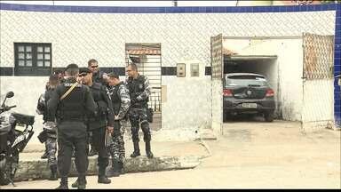Casa alugada era usada como base da 'gangue da marcha ré' em Campina Grande - Polícia encontrou carros roubados, munições de várias dinamites dentro da casa, no bairro Serrotão.