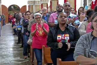 Bispo Luiz Stringhini comanda a primeira missa do envio em Mogi das Cruzes - A missa muita música e uma mensagem especial para todos voluntários que trabalham na organização da Festa do Divino.