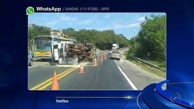 Caminhão carregado com papelão tomba em Itatiba - Um caminhão carregado com papelão tombou, no início da tarde desta quinta-feira (10), em Itatiba (SP).