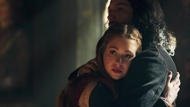 Amália diz que não confia em Catarina - A plebeia fica preocupada com a presença da rainha no castelo