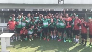 Jogadores do Manaus mandam mensagem de apoio a Baé - Volante do Nacional está com o pai desaparecido.