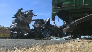Acidente entre caminhão e carro deixa um morto, na Rodovia dos Bandeirantes - Carro ficou destruído e quase irreconhecível. Motorista morreu no local.