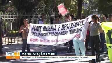 Servidores do Ipsemg protestam em BH pelo pagamento do salário em dia - O governo de Minas Gerais informou que vai atrasar o próximo pagamento do salário. Os servidores fecharam duas ruas da Região Hospitalar nesta manhã.