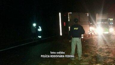 Caminhão carregado com eletrodomésticos tomba na BR-376 - O motorista sofreu ferimentos leves