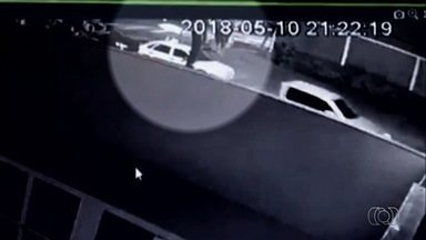Advogada é morta a tiros dentro de carro enquanto tentava estacionar, em Goiânia - Imagens registraram criminosos entrando em carro logo depois do crime. Polícia Civil acredita que Laís Fernanda Araújo Silva, 30, se assustou e esboçou reação à tentativa de assalto.