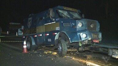 Bandidos armados roubam carro forte em rodovia no Vale do Ribeira - Criminosos trocaram tiros com os vigilantes e explodiram o veículo. Ninguém foi preso.
