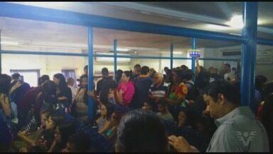 Passageiros reclamam de atraso nas barcas da travessia Vicente de Carvalho-Santos - Eles alegam que, por causa do atraso, o terminal de embarque de passageiros ficou lotado.