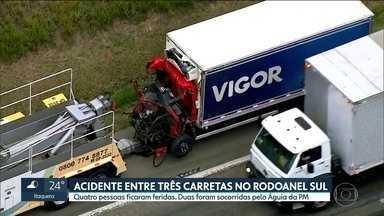 Três carretas se envolveram em um acidente no Rodoanel Sul - Quatro pessoas ficaram feridas. Duas foram socorridas pelo helicóptero Águia, da PM.