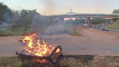 Moradores queimam entulho durante protesto em Ribeirão Preto - Eles pedem que acesso à Via Norte seja asfaltado.