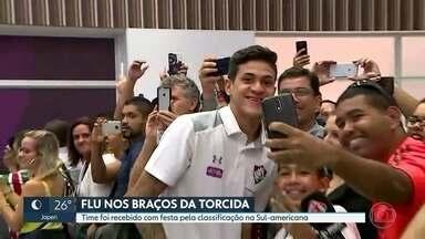 Flu nos braços da torcida - Time tricolor foi recebido com festa pela classificação na Sul-America. Fla tenta manter liderança no Brasileirão.