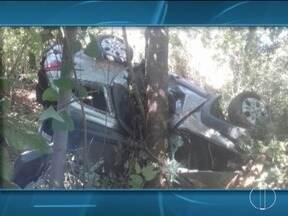 Carro cai em ribanceira, bate em árvore e motorista morre na BR-135 - Motorista ficou preso às ferragens e morreu no local; passageiro contou ele dirigia em velocidade incompatível com a permitida na rodovia e perdeu o controle ao tentar fazer uma ultrapassagem.