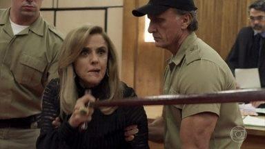 Sophia é condenada - Ela é encaminhada para um manicômio judiciário e dispara contra Clara