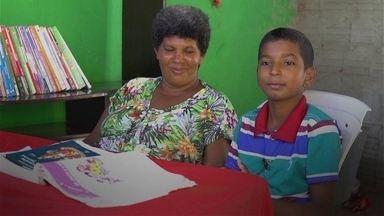 Menino de 12 anos vira 'professor' de sua mãe e a ensina a ler e a escrever - No domingo (13), Dia das Mães, conheça a emocionante história de Damião, filho de Sandra Maria de Andrade, uma catadora de lixo de Natal (RN).