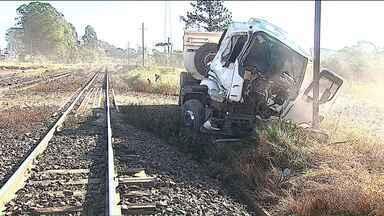 Caminhão é atingido por trem ao atravessar o trilho - Acidente foi em Ponta Grossa. O motorista ficou ferido.
