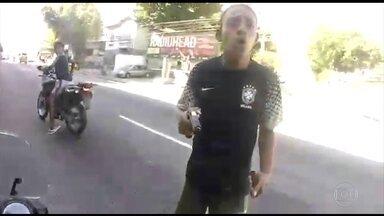Motociclista filma próprio assalto e momento em que é baleado no Rio - Com uma câmera portátil no capacete, motociclista foi rendido por criminosos; ele foi socorrido por um motorista que passava na hora.