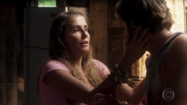 Karola simula um mal-estar para evitar que Beto fale de Luzia - Ela insiste em ficar com o ex-namorado na ilha