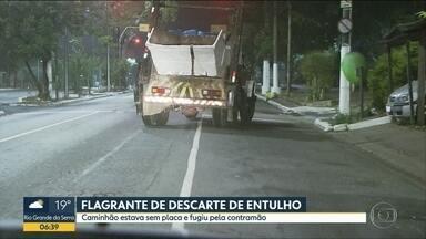Caminhão sem placa descarta lixo em lugar irregular e foge pela contramão - Flagrante aconteceu na Zona Sul de SP