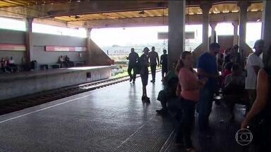 Dois PMs morrem após serem atropelados por um trem do metrô no Recife - Dois policiais militares morreram e outros dois ficaram feridos ao serem atropelados por um trem do metrô, na noite de terça-feira (15), no Recife, em Pernambuco. De acordo com a PM, eles faziam uma ação contra traficantes quando foram atingidos.