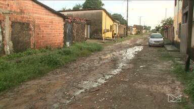 Moradores de bairro em Paço do Lumiar reclamam de falta de infraestrutura - Moradores da Vila Nazaré alegam que as ruas estão intrafegáveis até mesmo para os pedestres.