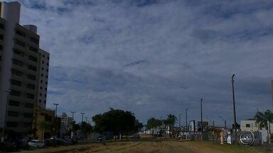 Moradores da região Centro-Oeste Paulista comemoram a chuva depois de mais de 40 dias - A chuva chegou na região de Bauru e Marília e os moradores comemoraram a pausa na estiagem. Mas, mesmo com a chuva o calor continua e o frio mesmo deve chegar só no fim de semana.