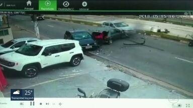 Perseguição policial termina em acidente em Santo André, no ABC - Bandido entrou na contramão e acertou moto e carros. Motociclista ficou ferido e o criminoso foi preso.