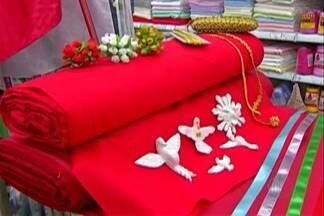 Lembrancinhas da Festa de Divino aumentam o movimento em comércios de Mogi - A procura por panos, fitas, linhas e outros produtos vermelhos e dourados deixa comércios de Mogi movimentados dois meses antes do início da festa.