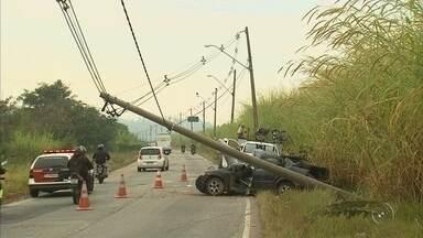 Motorista bate carro em poste de energia elétrica e interdita avenida em Jundiaí - A avenida Frederico Ozanan em Jundiaí (SP) teve as duas vias interditadas após um motorista bater em um poste na manhã desta quarta-feira (16).