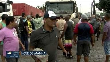 Caminhoneiros fazem protesto na entrada do Porto de Santos - Eles tentavam impedir que outros motoristas entrassem no porto com mercadorias. Um caminháo foi apedrejado pelos manifestantes.