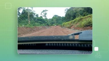 Caminhões ficam atolados em estrada de acesso ao município de Serra do Navio - Rodovia que liga a BR 210 à Vila de Serra do Navio está em péssimas condições. Vídeo mostra uma longa fila de carros e caminhões parados a margem da pista aguardando a retirada dos veículos atolados.