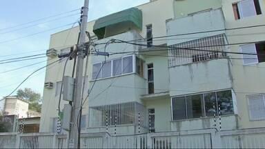 Caminhão arrebenta fiação e moradores ficam sem energia - Caminhão arrebenta fiação e moradores ficam sem energia.