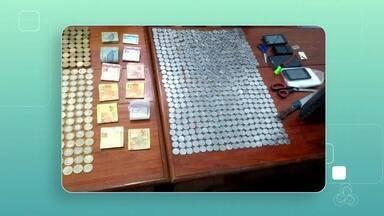 Três pessoas são presas suspeitas de tráfico de rogas em Macapá - Caso foi no bairro Marabaixo 4. PM encontrou 104 porções de crack e maconha. Também foi apreendido material usado para embalar os entorpecentes e mais de mil e R$ 800 em dinheiro.