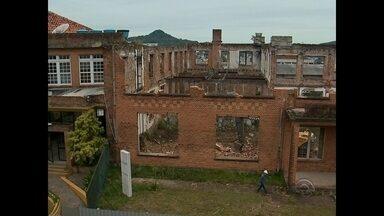 Justiça autoriza a demolição de paredes do Colégio Centenário em Santa Maria - A Justiça autorizou e as paredes com quase um século de história já começaram a ser demolidas.