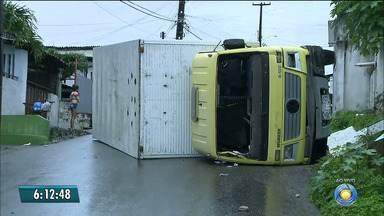 Motorista perde controle de caminhão e derruba muro em João Pessoa - Houve falha mecânica no freio do veículo, segundo motorista. Acidente envolvendo caminhão é o terceiro em uma semana.