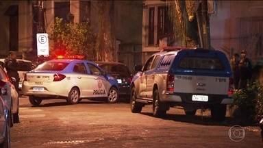 PM morre ao tentar fugir de assalto na Zona Sul do Rio de Janeiro - Dois bandidos em uma moto renderam o cabo enquanto ele abria o carro estacionado em rua da Zona Sul da cidade.