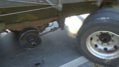 Caminhão quebrado causa congestionamento em rodovia de Valinhos - Um rolamento do caminhão quebrou, fazendo com que uma das rodas traseiras se soltasse. O congestionamento chegou até próximo ao Cemitério de Campinas (SP).