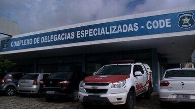 Operação contra crimes de pornografia infantil cumpre madados em Alagoas - Uma coletiva é realizada na Delegacia Geral da Polícia Civil, em Jacarecica, sobre a ação policial.