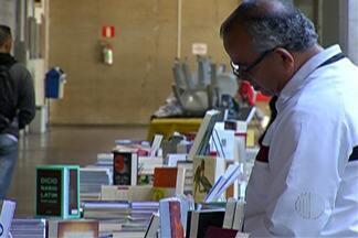 Feira do livro aberta ao público acontece em centro universitário de Mogi das Cruzes - Cerca de 30 editoras expõem diversos títulos de livros, o evento também terá palestras e exposição fotográfica.