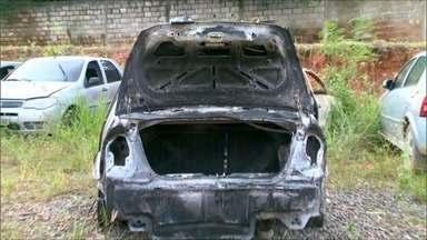 Corpo carbonizado é encontrado dentro de carro incendiado, em Cariacica, ES - Dona do carro disse que o filho estava desaparecido e usava o veículo para trabalhar como motorista de aplicativo.