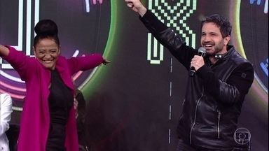 Caco Ciocler acerta música no 'Ding Dong' - Claudia Di Moura comemora junto com o parceiro
