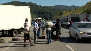 Caminhoneiros fazem protestos na BR-040 na região da Zona da Mata - Concessionárias informam que tráfego está lento no perímetro de Barbacena e Juiz de Fora. Manifestação nacional ocorre em várias cidades.