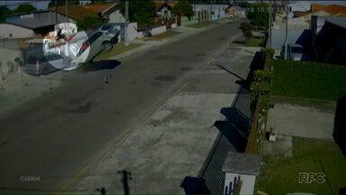 Carro capota e passageiro é ejetado para o telhado de uma casa - O caso foi registrado em Ponta Grossa