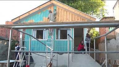 Após perder tudo em enchente, moradora da CIC ganha presente especial - Moradores se uniram para ajudar na reconstrução da casa da mulher de 80 anos