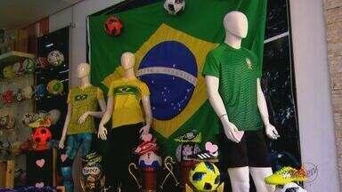 Comércio da região já se prepara para lucrar com os jogos da Copa do Mundo - Falta menos de um mês para a competição na Rússia.